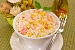 Салат с кукурузой, рисом, крабовыми палочками и ананасом