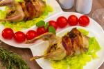 Перепела, фаршированные гречкой и беконом