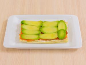 1112 0834glq 2405 p Рецепт: Закусочные пирожные из слоеного теста, форели и авокадо